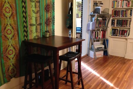 Quaint 1BD Apt in Downtown SC - Lakás