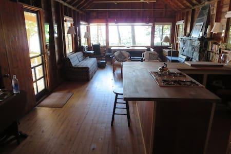 Rustic, roomy Lake Champlain cabin - Charlotte - Cabana