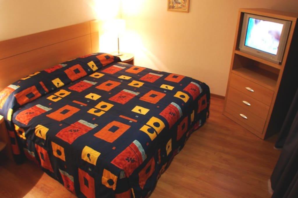 Habitación con cama king-size. Incluye desayuno buffet. B&B. Wi-Fi.