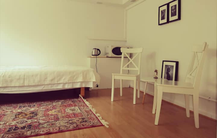 Room in a cosy and calm neighbourhood, near city