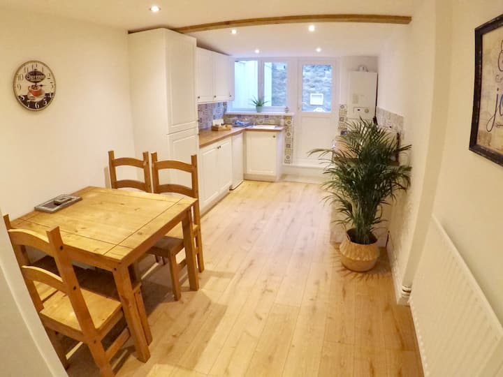 Carpenters Cottage - Central Chepstow with parking