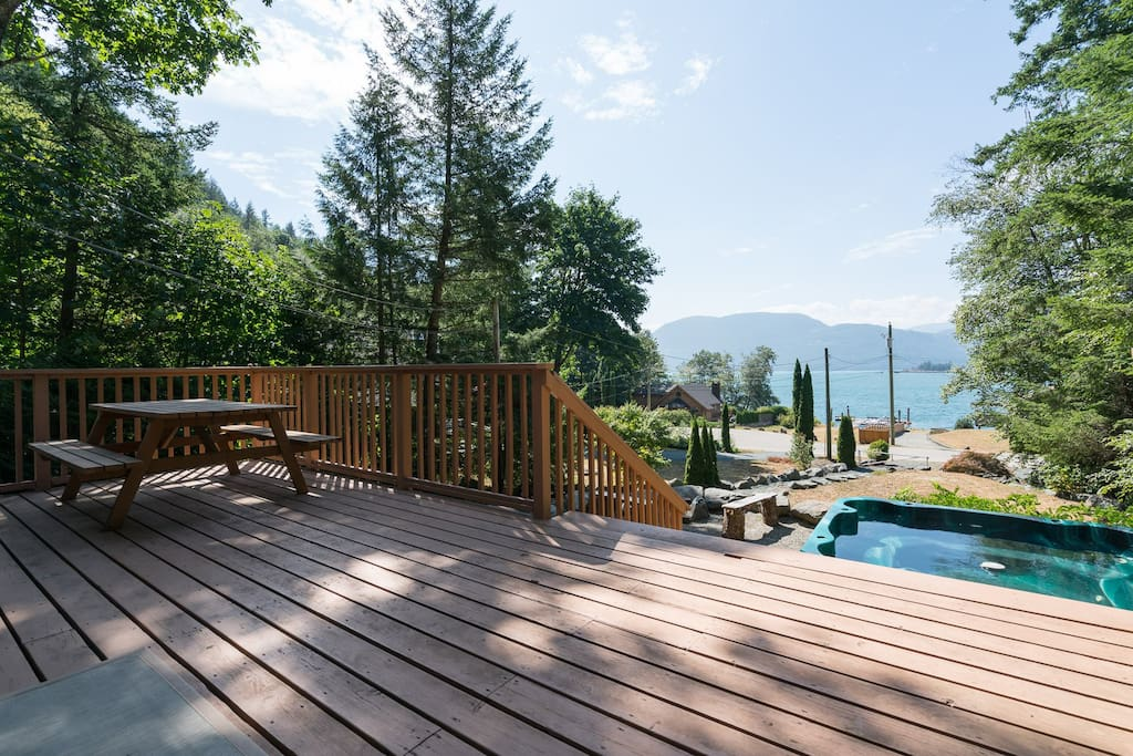 Large Deck & Hot Tub looking into the lake