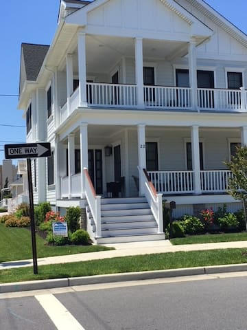 6 Bed/6.5Bath Margate gem - CLOSE to the beach