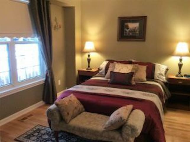 Charming B&B close to Cdn Tire Ctre-Sparkey's Room - Ottawa - Bed & Breakfast