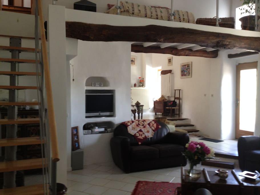 l'entrée, le salon, l'accès aux chambres à l'étage