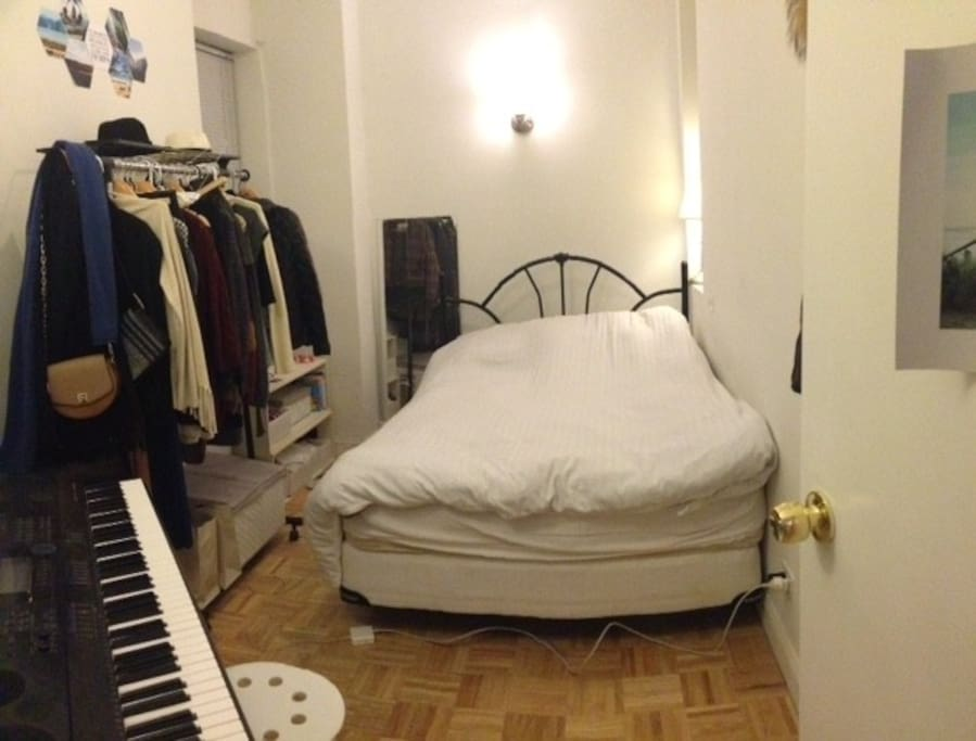 Small room with queen size bed very comfortable that easily fits 2 persons (piano can be removed if requested to make more space in the room)