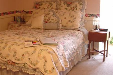 Granny's attic is the most spacious room in the house.  Guests enjoy the large bathroom,TV, high speed wireless internet and private bath.  In the morning, guests get to enjoy a full scrumptious break