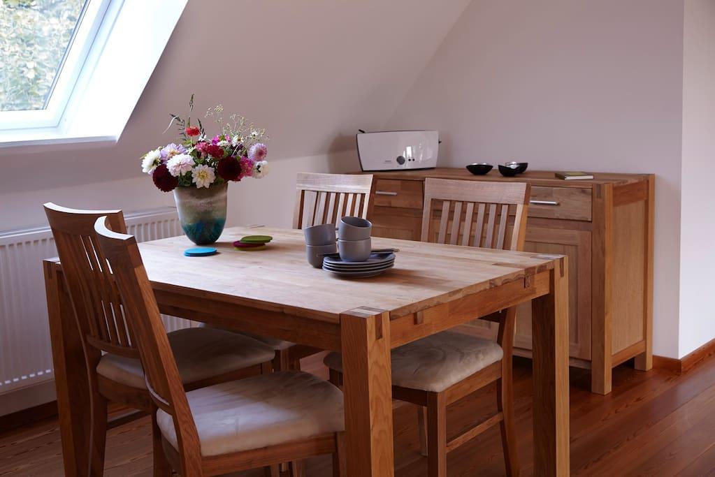... Esstisch mit vier Stühlen aus Eichenholz, ...
