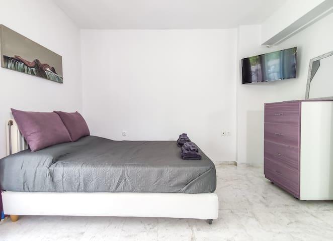 Κρεβατοκάμαρα & συρταριέρα (έξτρα αποθηκευτικός χώρος) Bedroom & chest of drawers (extra storage space)