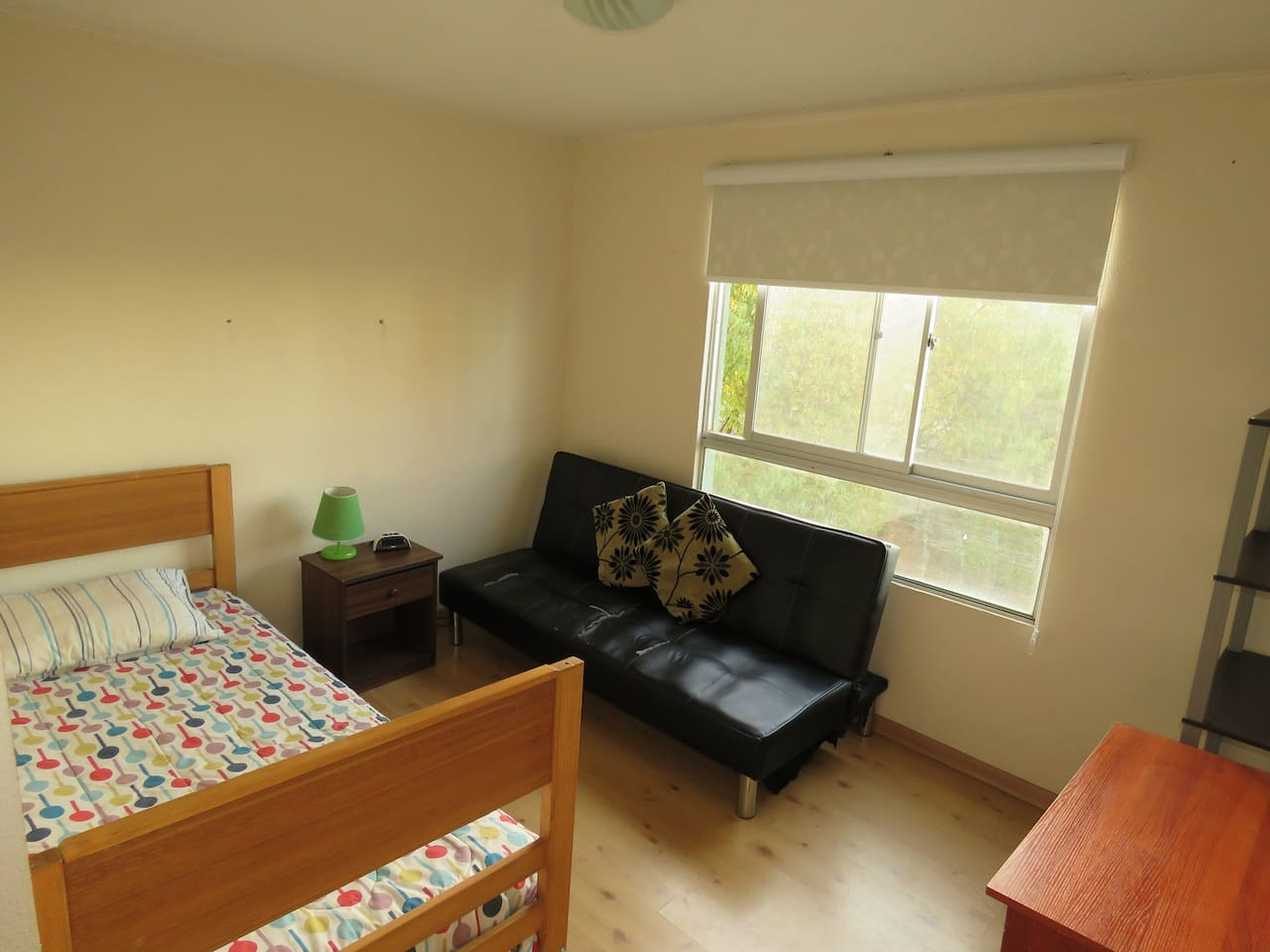 Habitación con 1 cama y 1 sofá cama
