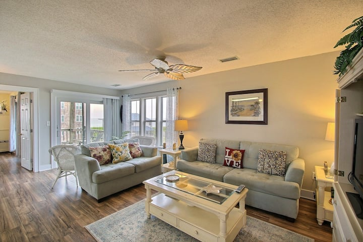 2 bedroom condo w/ private W/D, shared pool, AC, WiFi