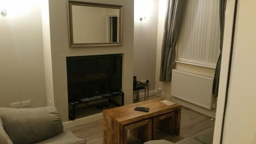 3 x bed House- Town Centre- BN refit Wifi and Bt