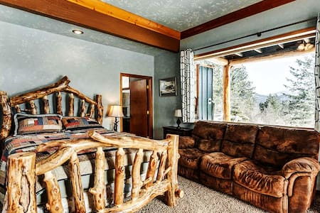 The Aspen room is great, the bathroom is huge and amazing. Jetted tub, Queen bed, double recliner couch. Desk or work station. Fireplace, lots of light and room for  air beds. Big TV. Antique electric parlor heating stove. Natural light, views.Table.
