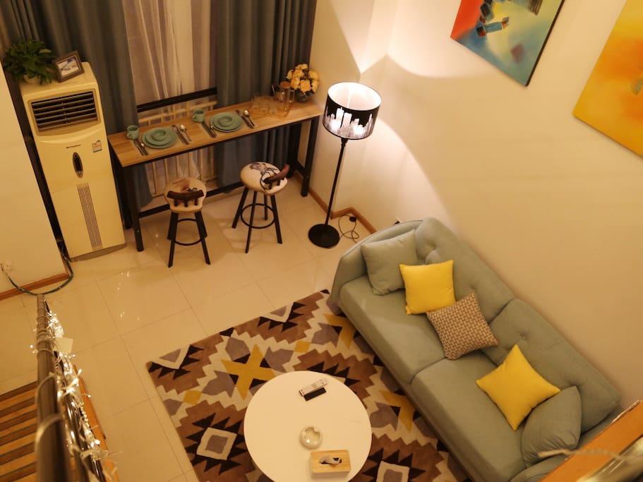 挑高4.9米,温馨的loft。房间整体色调是清新的蓝白黄,配合北欧风情的家具及软装。