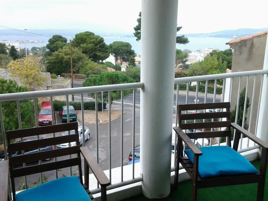 Terrasse avec vaste vue  sur l étang de Thau (accessible aux voyageurs) coin salon extérieur ,accès fumeurs