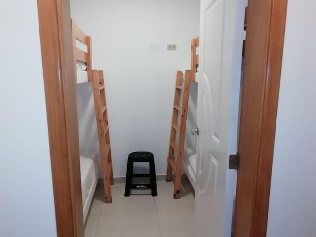 Habitación de servicio. 2 camarotes. 4 personas. Ubicada en el patio del segundo piso.