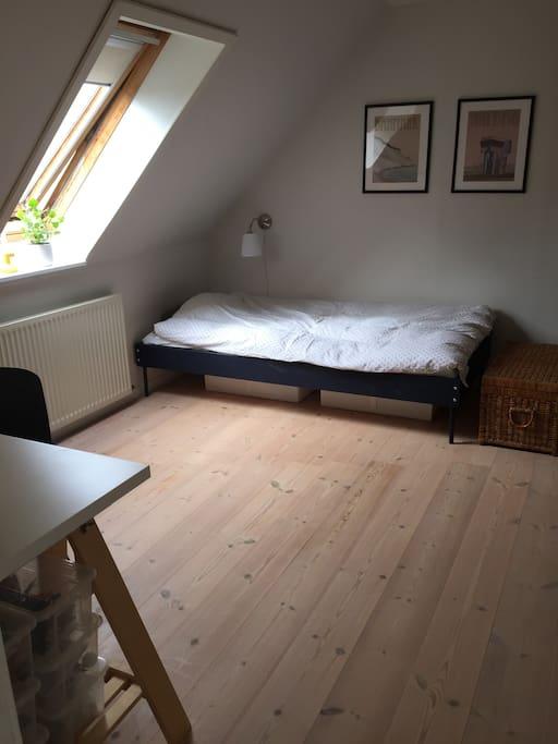 Stort lyst soveværelse med tilhørende stue og eget badeværelse på 1. sal