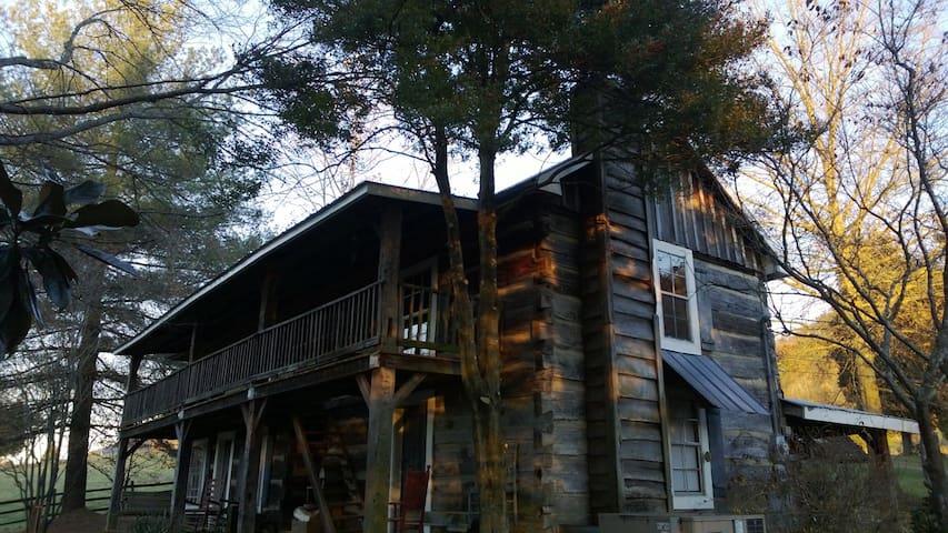 Sleep in a bit of history - Rogersville - House