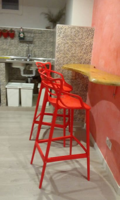 Taburetes y barra hecha por nosotros, en la cocina Bar stools and made by us bar, in the kitchen