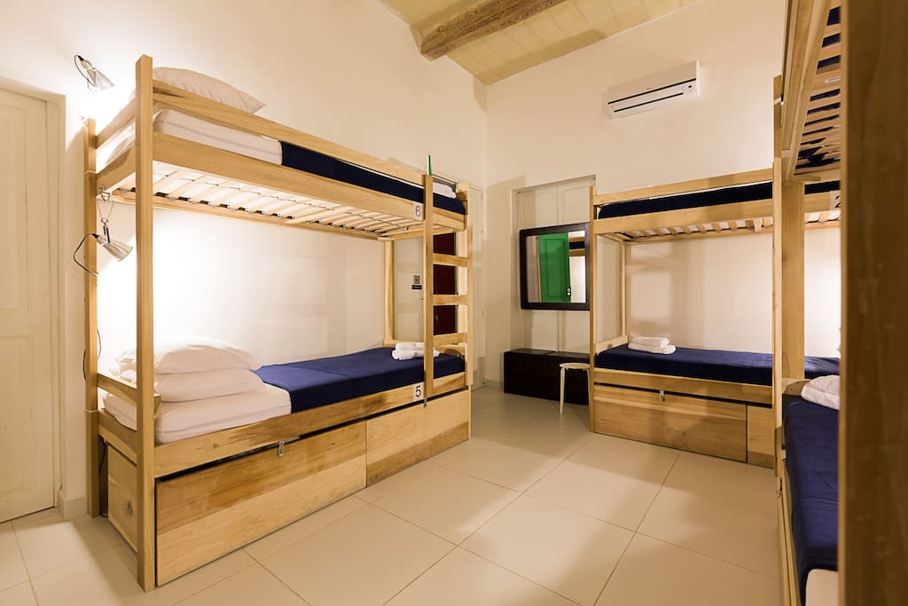 Two Pillows - Green room (6 bed dorm)
