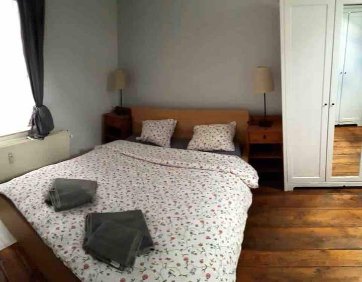 5 mins from Pl. Luxembourg: Spacious Double Room!