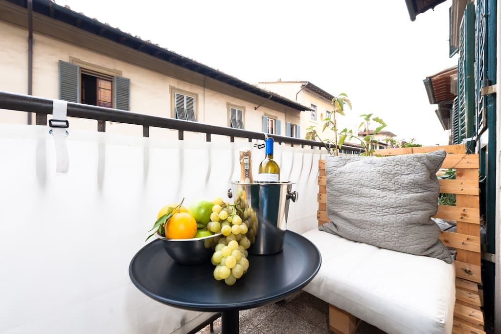 Mini Sunny Suite - Private terrace with outdoor sofas and view of Florentin roofs