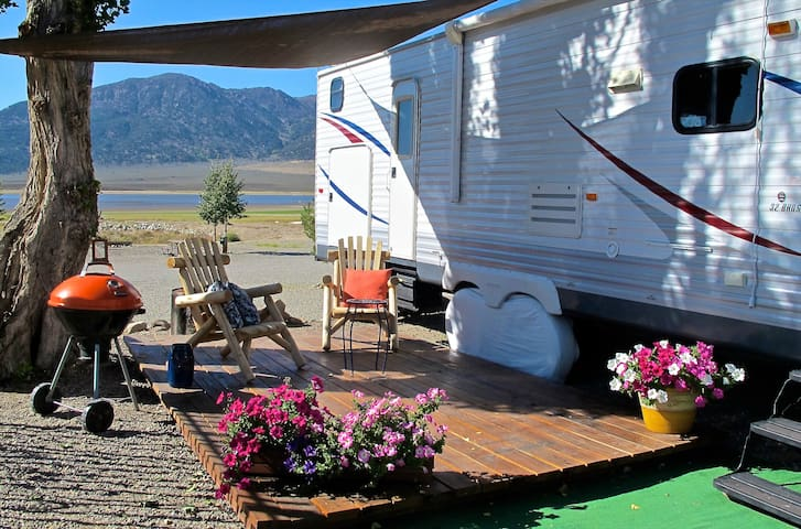 Spacious RV with the Sierra & reservoir views - Bridgeport - Camper/RV