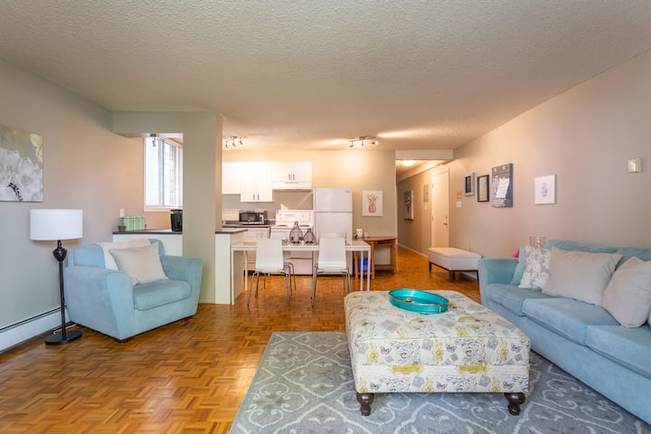 Cozy Spacious Central Two Bedroom - WiFi & Parking