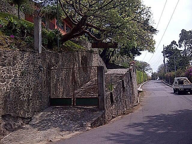 Vista de la entrada y salida del parqueo