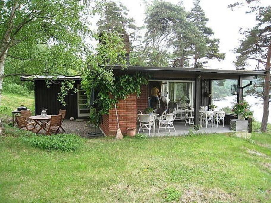 Komfortabel hytte med flotte utemuligheter. Comfortable, and spacious garden.