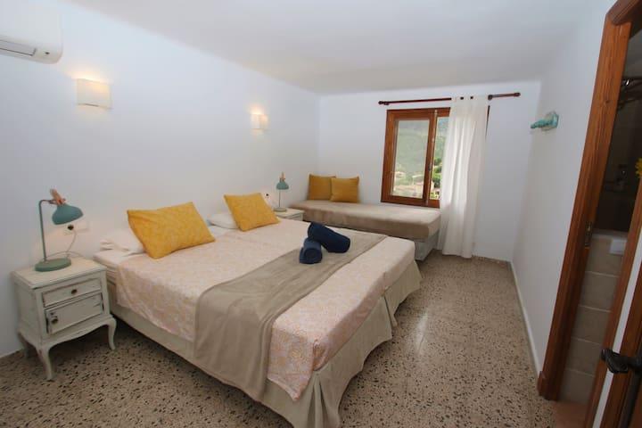 Dormitorio con dos camas o cama de matrimonio acceso baño / Bedroom with two beds and access direct to one bathroom