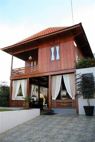 Edelweiss Villa Bandung - Bandung - Bed & Breakfast