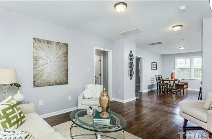 Downtown 3bedroom Home near Hospital and College