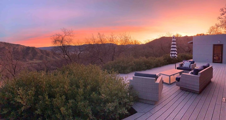 Eco-Chic Sunset Glidehouse mountain views, hot-tub