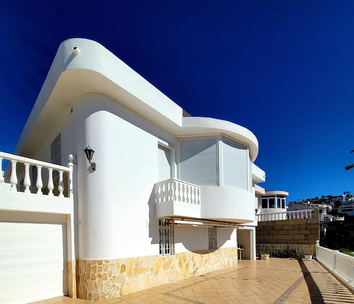 """Luxurious Dream House """" Casa de ensueño Musgo"""" with Breathtaking Sea Views, Private Garden with Terrace & Granny Flat; Street Parking Available"""