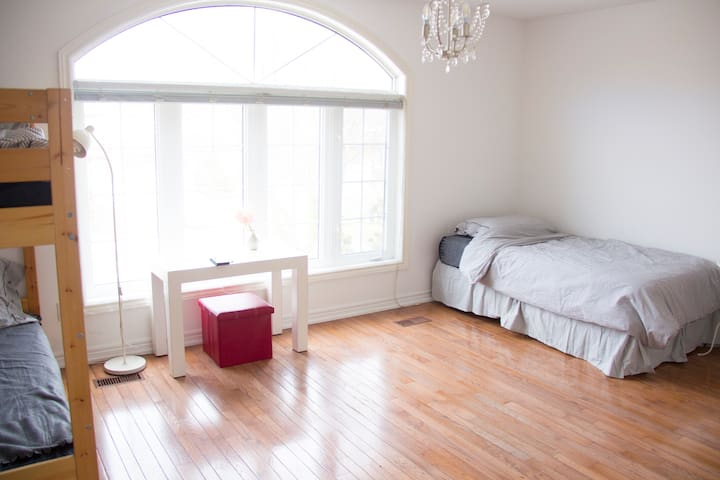 Spacious Room near Finch Subway (Ladies only)1
