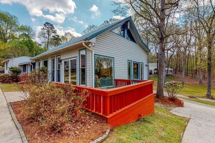 Dog friendly lakefront home w/ private dock, gazebo, ping-pong & more!