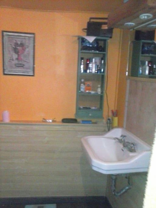 Salle de bain attenante à la chambre triple avec douche et wc.
