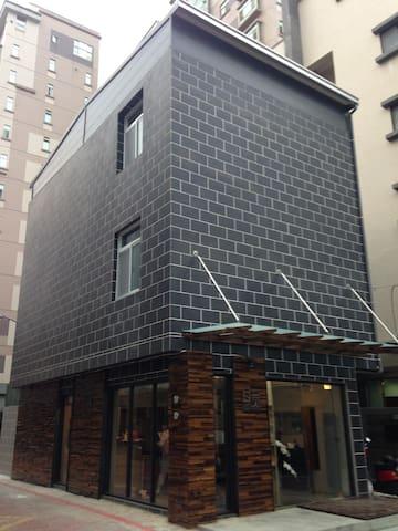 台南東區 黑格套房 臉書搜尋「黑格 Black Bricker」 - 東區 - Asrama