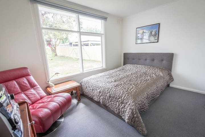 Comfy private room close to the beach & station