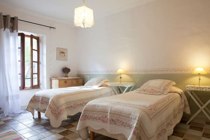 'Iris' twin bed room extra bed poss - Colognac - Bed & Breakfast