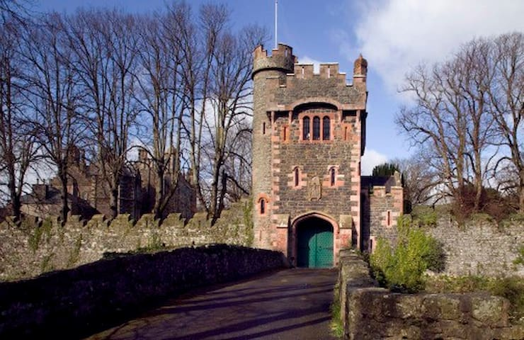 Barbican at Glenarm Castle - Glenarm - Hus