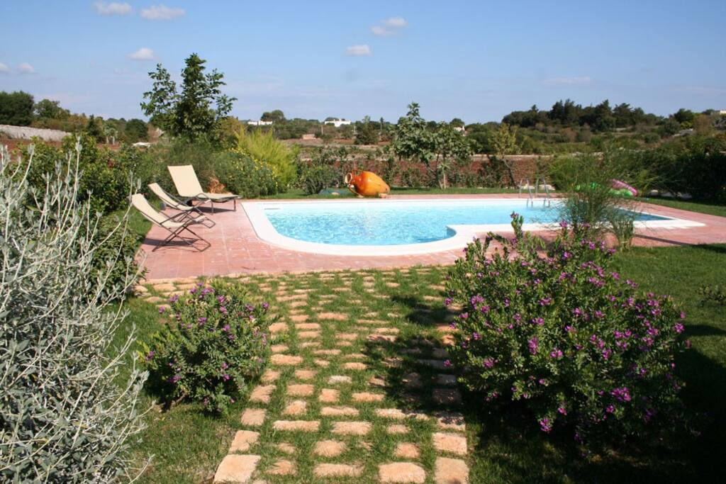 Giardino con piscina. Garden with pool.