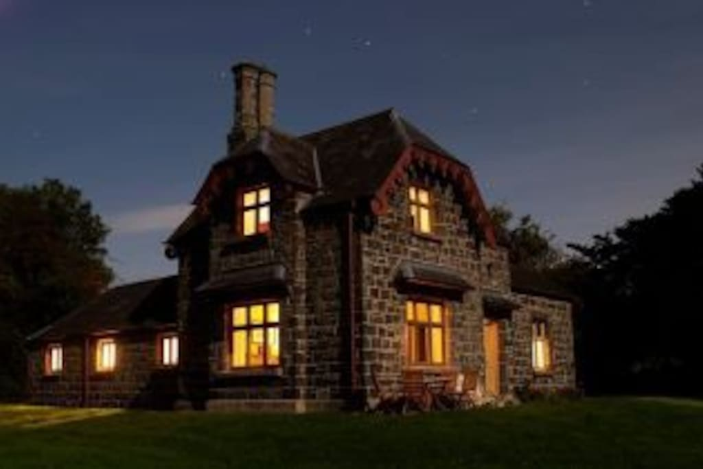 Ballealy Cottage by night