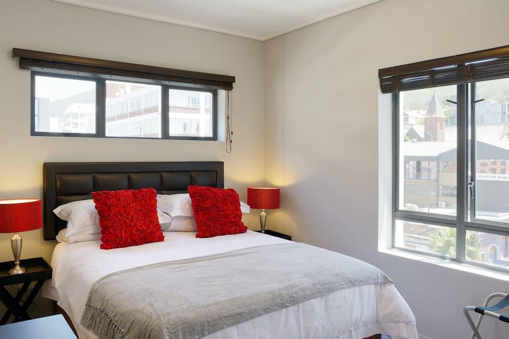 Bedroom 1 : Super comfortable luxury queen size bed