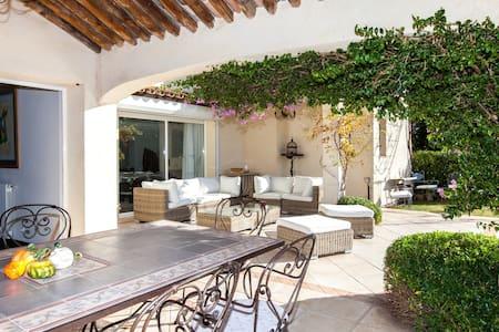 Studio suite dans villa pour 4pers  - saint tropez - ที่พักพร้อมอาหารเช้า