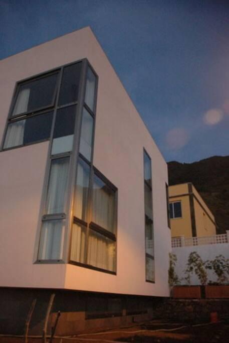 Los apartamentos se encuentran en un edificio independiente rodeado por jardín. Existen disponibles dos apartamentos (cada uno de ellos puede alojar a 4 personas en su dormitorio independiente y su salón con sofá-cama) y dos estudios (cada uno de ellos puede alojar a dos personas).