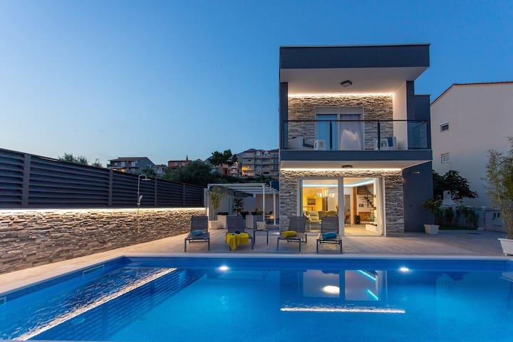 NEW! Villa Dvori with 3 en-suite bedrooms, heated, private pool, beach 800m far, town Split 5km