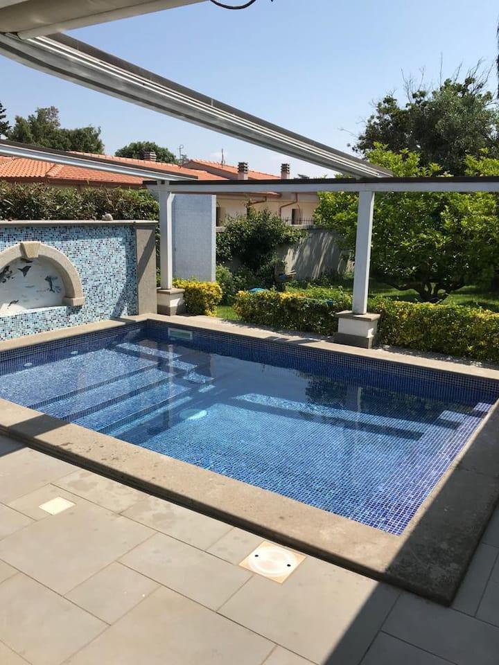 lussuosa, moderna e tranquilla villa con piscina