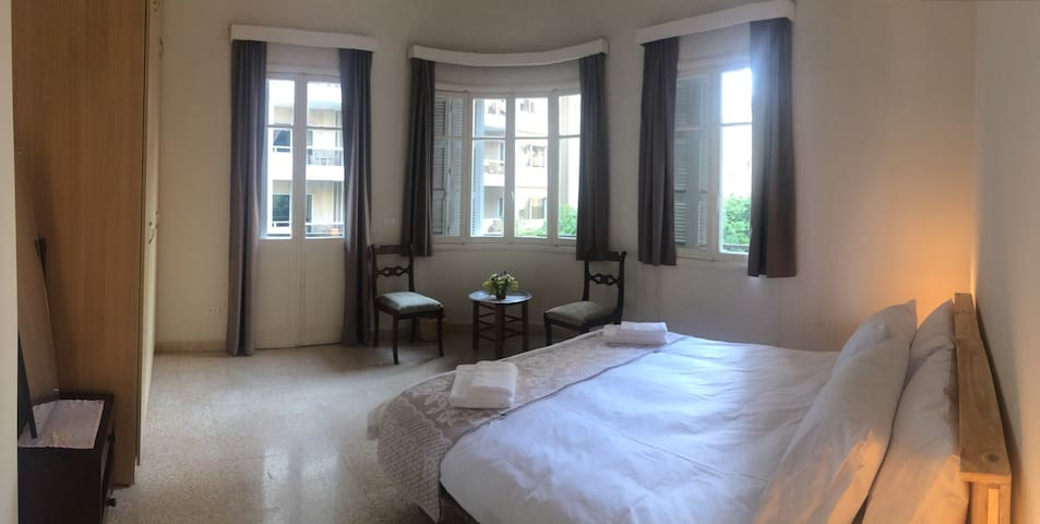 Sunny vintage apartment in Hamra, corner bedroom 1